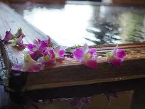 露天風呂「風の湯」では、午後になると美しい花びらが湯の上で揺れ、それは華やかな夢の船。