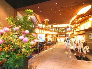 湯の花温泉 松園荘 保津川亭 (しょうえんそう ほづがわてい):≪館内玄関≫吹き抜けのある広々とした空間がお客様をお出迎えします。