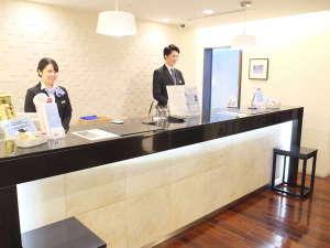 ホテルメッツ横浜鶴見<JR東日本ホテルズ>:フロントは明るく開放的な空間。