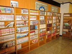 ホテルクラウンヒルズ姫路(旧フローラルイン姫路/BBHグループ): 1Fロビーに漫画図書館! 約3000冊のマンガ本を取り揃えております。