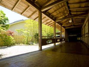 サン浦島悠季の里:大浴場棟へと続く渡り廊下