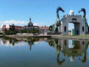 サンフラワーパークホテル 北竜温泉:2頭の竜がお出迎え。北竜門とサンフラワーパークホテル(天然温泉、ホテル、レストラン)