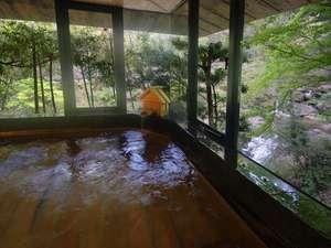 あじさいの宿 都荘:大浴場(ひのき風呂)からは美しい渓谷を眺めることができます。