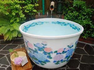 あじさいの宿 都荘:露天付き和室には趣色々な露天風呂が部屋毎に備わっています。(写真は「滝」の間の露天風呂)