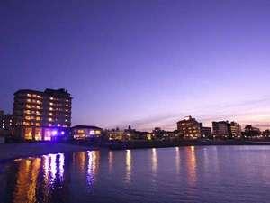 夕焼けが皆生の街と海を照らす。海の上に浮かんだ楽園のよう。