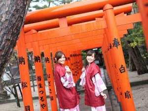 色鮮やかな鳥居が出迎える「皆生温泉神社」は当館より徒歩3分♪