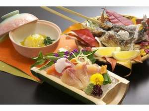 真木温泉旅館:新鮮なお造り、香ばしい炭火焼き、季節の煮物が楽しめる夕食