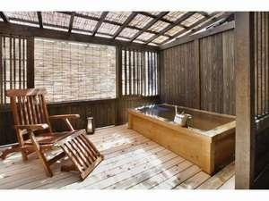 真木温泉旅館:離れ客室「河鹿亭」にある広々したテラス付きの露天風呂