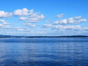 ゆけむりの宿 美湾荘:中庭からの海の景色~能登島や二つの大橋が目の前に広がります!
