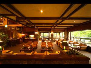 奥飛騨温泉 穂高荘 山のホテル:山のリゾートのロビーラウンジで、ゆったりコーヒーを飲みながら過ごす休日を