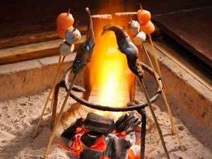 湯西川温泉 彩り湯かしき 花と華:パチパチと爆ぜる音に心も踊る囲炉裏を囲む「平家お狩場焼」