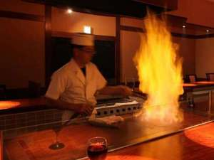 湯西川温泉 彩り湯かしき 花と華:目の前で調理人が焼き上げる「とちぎ和牛」は絶品です。