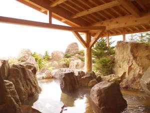サロマ湖鶴雅リゾート:1F和風大浴場/700tもの岩石を組み上げた野趣あふれる庭園の露天風呂!