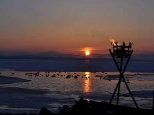 サロマ湖鶴雅リゾート:サロマ湖の夕日(冬)/夕日の名所サロマ湖。夕景の素晴らしさが胸を打ち、何もしない贅沢な時間を過ごす。