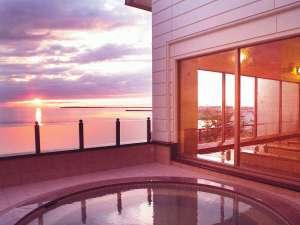 サロマ湖鶴雅リゾート:【2F北欧風大浴場】眺望自慢の2階大浴場の露天風呂。夕刻には美しい夕景色が広がります。