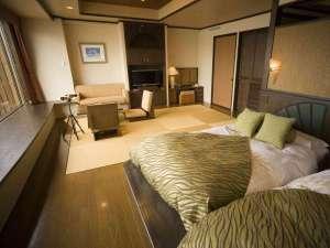 サロマ湖鶴雅リゾート:【湖&夕日側】ローベッド和洋室/琉球畳のリビング+ローベッドの広々とした和洋室です