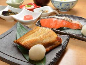朝食 和定食では焼き魚がお選びいただけます(季節によって変更する事がございます)