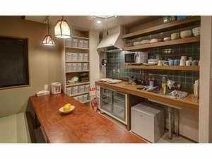 げすとはうす中今:キッチン。食器・調理器具をそろえてます。