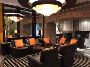 アパホテル<大垣駅前>:■リニューアルし、さらに高級感溢れるロビー■ご宿泊者の方はこちらでもお寛ぎ頂けます。
