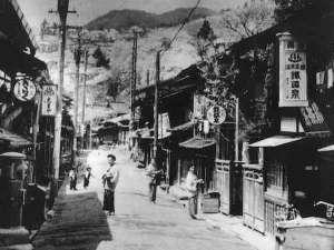 鉄鉱泉本館:江戸の昔、「下諏訪宿」にあった旅籠を明治37年に譲り受け、鉄鉱泉本館がのれんをあげました。