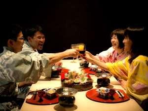 加賀山代温泉 みどりの宿 萬松閣:気の合う仲間とワイワイ乾杯~♪美味しいお酒と料理で楽しく会話も弾みます!