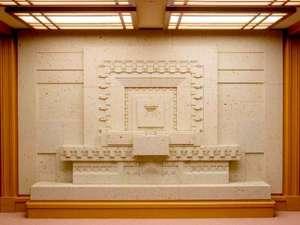 【大谷石レリーフ】(おおやいしレリーフ)制作/2005年場所/本館1階 正面ロビー エレベーター脇