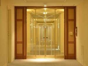 客室までのアクセスにはカードキー対応のセキュリティドアがあるため、安心してご宿泊いただけます。