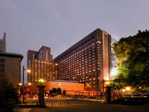 夕刻の帝国ホテル外観