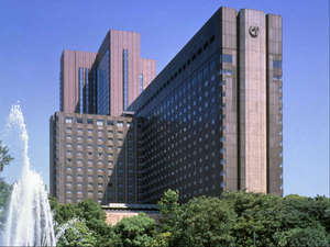 日比谷公園や皇居にもほど近い帝国ホテルは東京都心にありながら四季を感じられます。