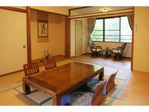 絹の湯 久惠屋旅館:和室10畳間 テレビ・冷暖房・冷蔵庫・洗面台・シャワートイレ