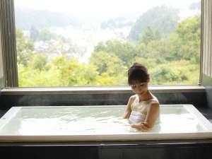 """飛騨高山随一の眺望と5つの貸切風呂の湯宿 高山観光ホテル:""""無料""""貸切風呂『樂』新緑の景色をゆったりとお楽しみください"""