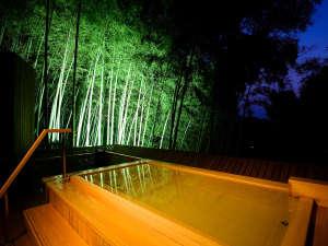 琴平花壇:【吉祥の湯】夜のライトアップされた大浴場の露天風呂は竹林がとても神秘的