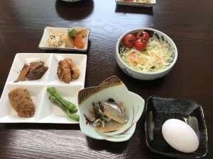やすらぎの森 コルザ:朝食の一例です。こちらにご飯、お味噌汁が付きます。モーニングコーヒーもセルフでご用意しております。