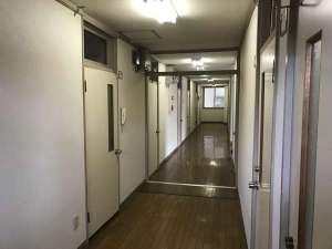 やすらぎの森 コルザ:2F廊下です。元々独身寮だった建物をそのまま利用しています。古い建物です。