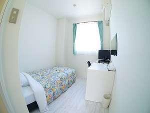 RAKUSAホテル:12㎡のシンプルなお部屋。全室エアコン・冷蔵庫・テレビ・バス・トイレ・ドライヤー完備。