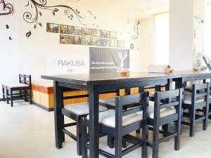 RAKUSAホテル:フロント横のコミュニティルームには共用キッチン・Wi-Fi・自動販売機・無料ランドリールームあり。