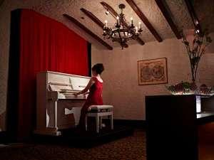 食事に花を添えるピアノの調べ