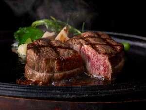熟練シェフが焼き上げるカステリアンルームの絶品ステーキ