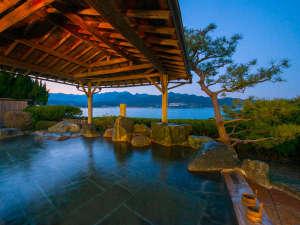 かつうら御苑 那智の滝を遠望できる海辺の絶景露天と美食の宿:那智の滝を遠望できる海辺の露天風呂「滝見の湯」~夕暮れ時