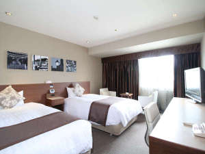 ホテルJALシティ長崎:■DXフロア モデレートツイン(一例)■高層階フロア。チェアとサイドテーブルを配し、モダンな設えに