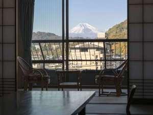 【和室12畳+広縁】客室一例。お部屋、天候によっては窓より富士山ビューをお楽しみ頂けます!