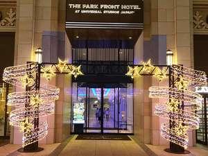 The Park Front Hotel at Universal Studios Japan TM:パークが目の前のエントランスは、キラキラ輝く流星をイメージしたイルミネーションで、ゲストをお出迎え♪