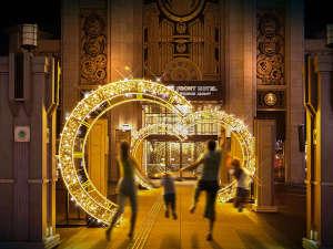 The Park Front Hotel at Universal Studios Japan TM:巨大な時計盤のサークル・イルミネーションがタイムトラベルの世界へと誘います。