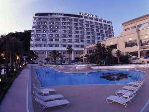プールサイドから見たホテル外観