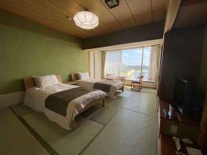 浜名湖を望む和室にベッドの和ベッドタイプ。広さ10畳。