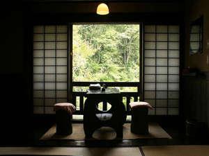 壁湯温泉 福元屋:客室一例。川沿いで渓流の音が心地よい