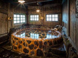 壁湯温泉 福元屋:切り出した石を三和土で固めて作った優しい雰囲気のお風呂!中にはハートの石が!探してみてください!