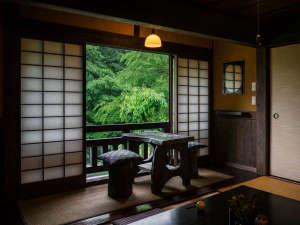 壁湯温泉 福元屋:落ち着いた客室は渓流を望む。夜も幻想的な雰囲気になる