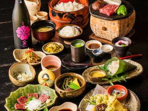壁湯温泉 福元屋:夕食一例 豊後牛の溶岩焼や、馬刺し、地元の食材をふんだんに使用したお食事