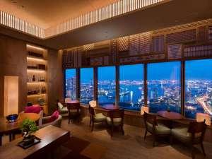 コンラッド東京:ホテル最上階、東京湾と浜離宮恩賜庭園を望む都内屈指の眺望を有するエグゼクティブラウンジ